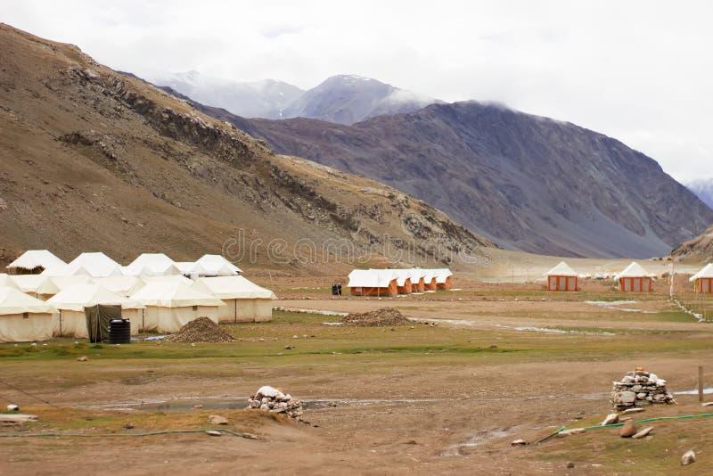 Boomkampeerterreinen in de bergen voor reizigers stock foto