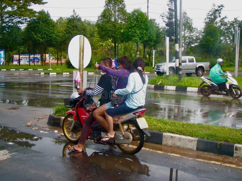 Boompersonen op autoped in Thailand royalty-vrije stock foto's