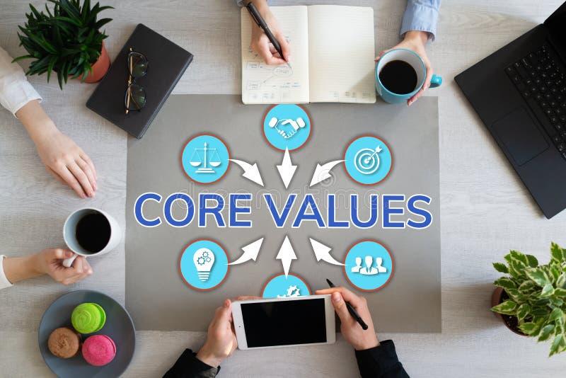 Boor waarden uit Bedrijfsmensengroepswerk in bureau De houten mening van de lijstbovenkant stock foto's