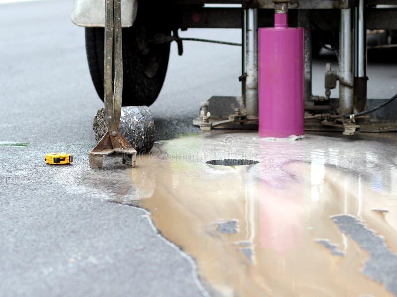Boorgat in asfalt royalty-vrije stock afbeeldingen