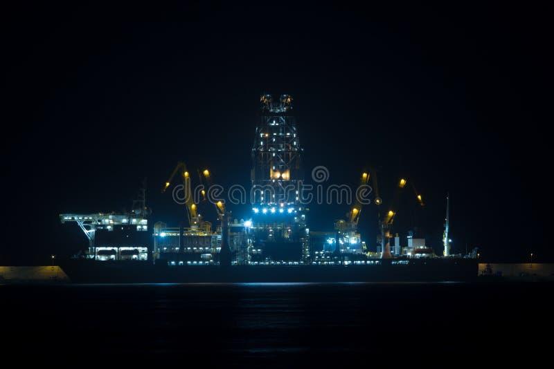 Boorplatforms in een haven stock afbeeldingen