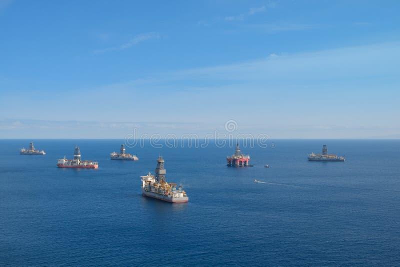 Boorschepen en boorinstallaties/olie en gasplatform voor de kust royalty-vrije stock foto's
