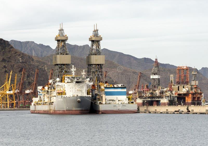 Boorschepen en zeedieboringsinstallaties in Santa Cruz de Tenerife-haven tijdens olie en gas de industriedaling worden geparkeerd stock foto