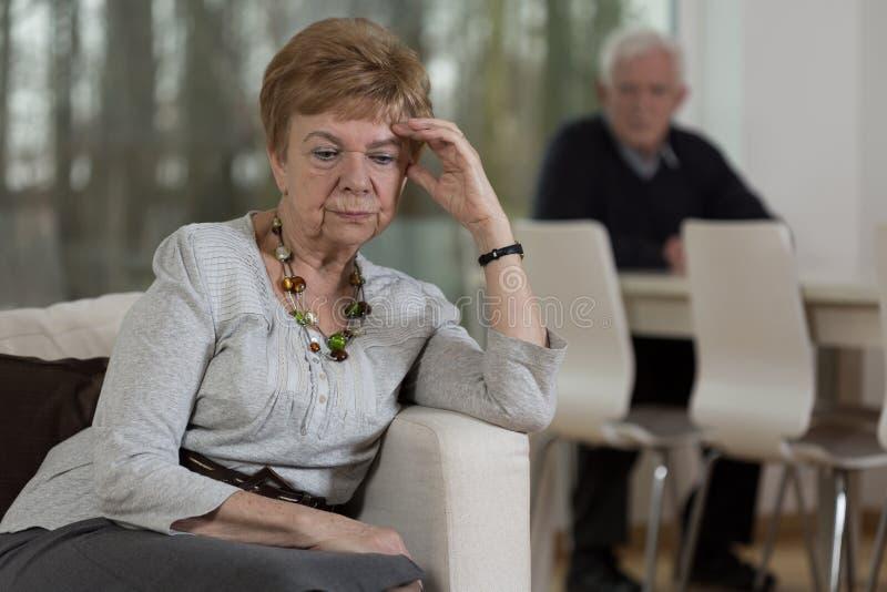 Boos bejaarde na ruzie stock afbeelding