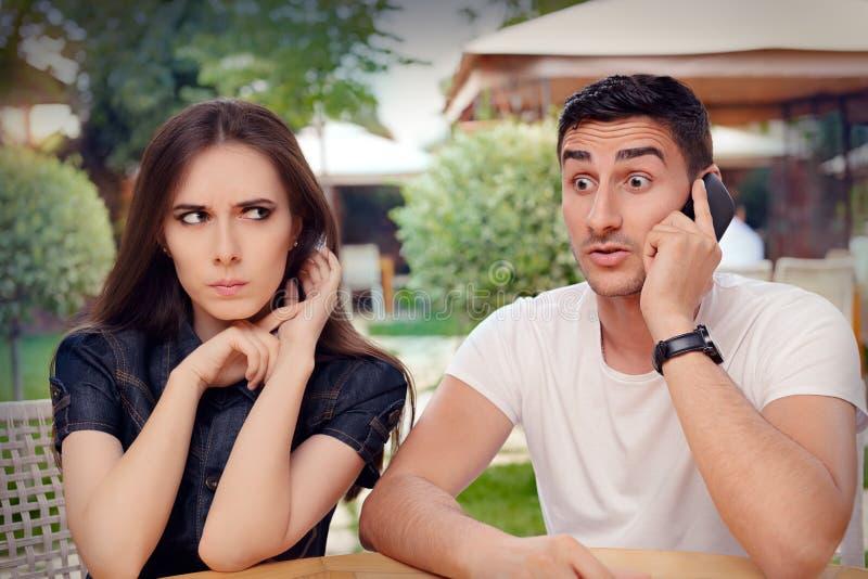 Boos Meisje die aan Haar Vriend luisteren die op de Telefoon spreken royalty-vrije stock afbeeldingen