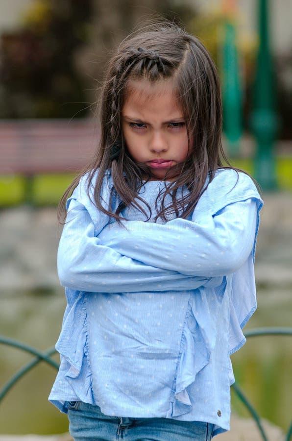 Boos meisje die frustratie en meningsverschil tonen royalty-vrije stock fotografie