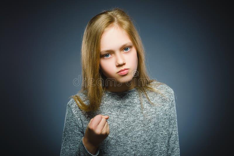 Boos meisje met hand omhoog schreeuwen geïsoleerd op grijze achtergrond stock foto's