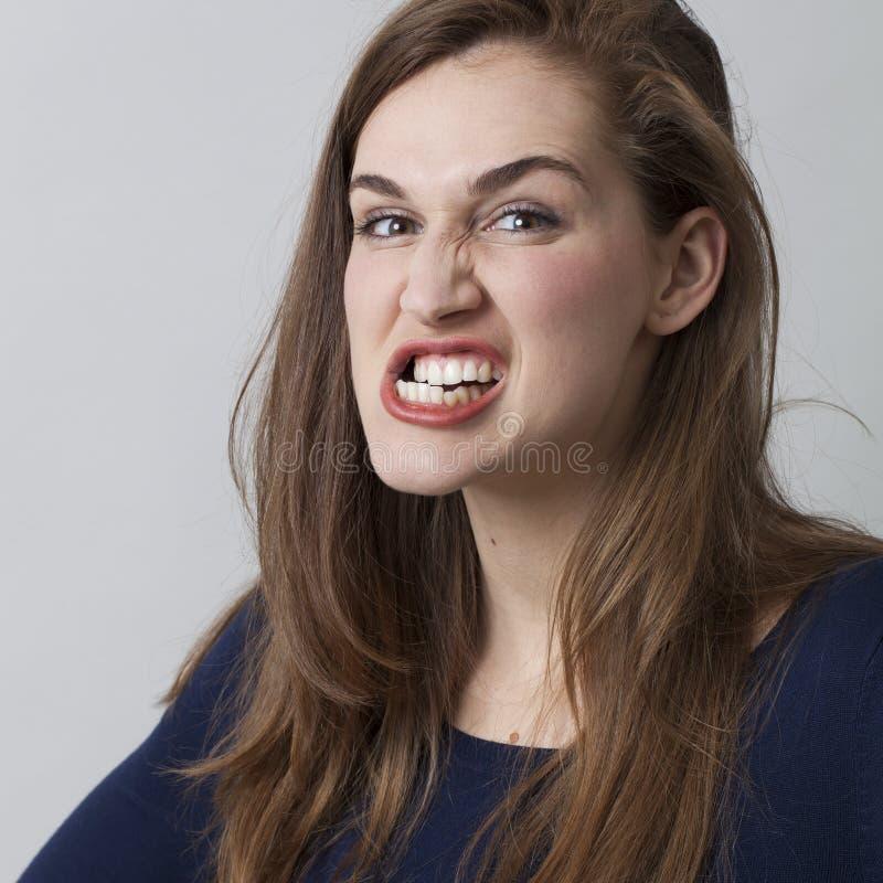 Boos mooi jaren '20meisje die haar tanden het dreigen malen royalty-vrije stock foto