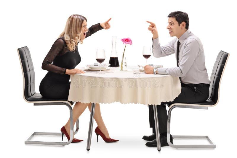 Boos paar die met elkaar debatteren stock fotografie