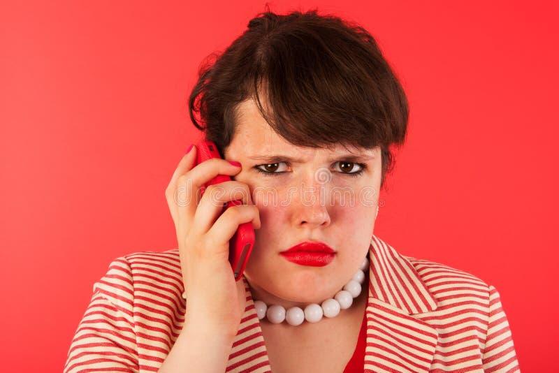 Boos telefoongesprek op smartphone royalty-vrije stock afbeeldingen