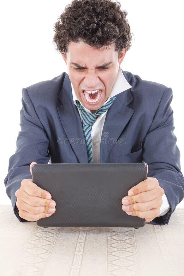 Boos van Kaukasisch bedrijfsdiemannetje met het werkzitting wordt gefrustreerd stock foto