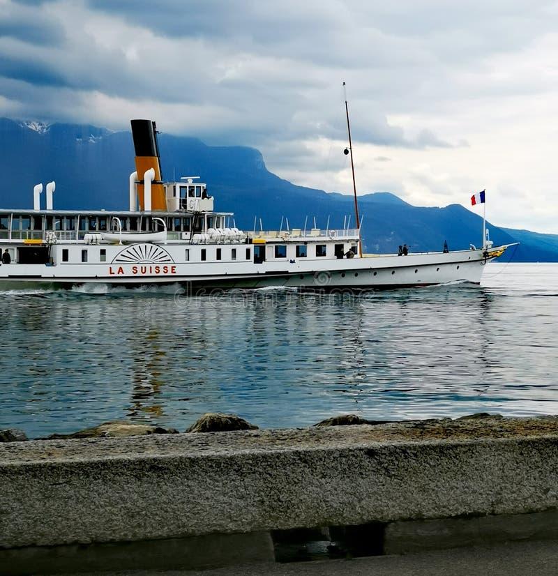 Boot 'La Suisse dicht bij de kust van meer Genève in Vevey stock foto