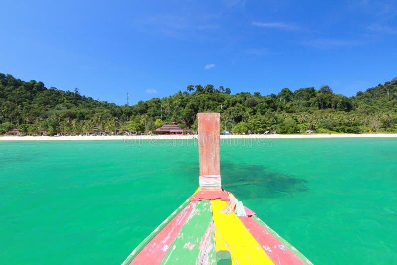 boot aan eiland in Thailand stock fotografie