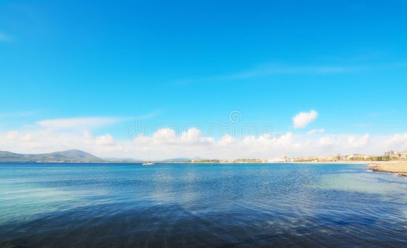 Download Boot in Alghero-overzees stock foto. Afbeelding bestaande uit raad - 54083306