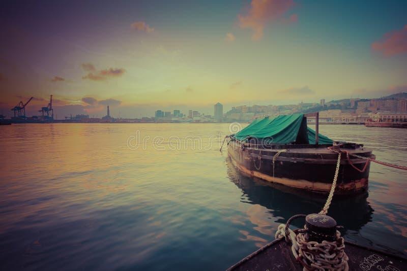 Boot angekoppelt in der Hafensonnenuntergangzeit lizenzfreie stockbilder