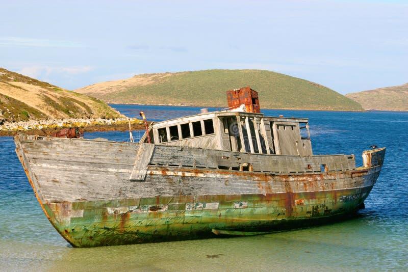 Boot angeschwemmt auf dem Strand lizenzfreies stockbild