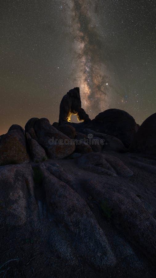 Boot Arch Rock iluminado sob o Night Sky fotografia de stock