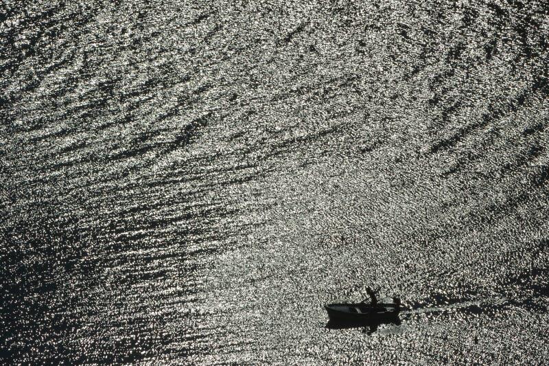 Boot auf Ägäischem Meer, Rhodos-Insel lizenzfreies stockfoto