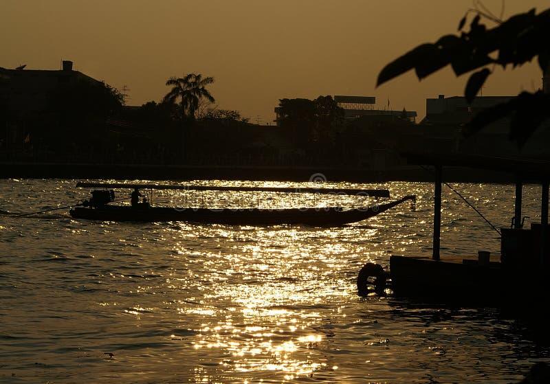 Boot auf Chao Praya Fluss lizenzfreie stockfotos