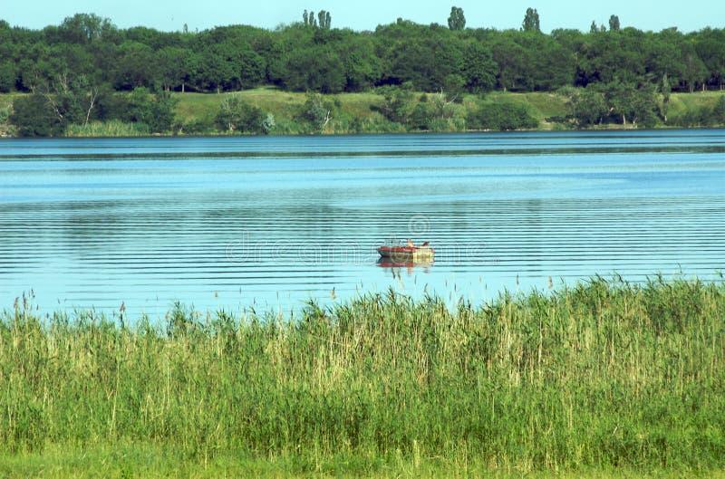 Boot auf dem Fluss stockfoto