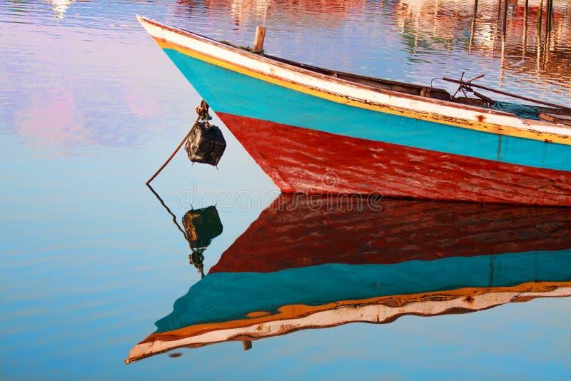 Boot auf dem Fluss lizenzfreie stockfotografie