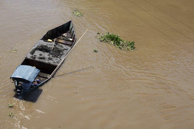 Download Boot auf dem Fluss stockbild. Bild von wasser, nave, reflexion - 96931633