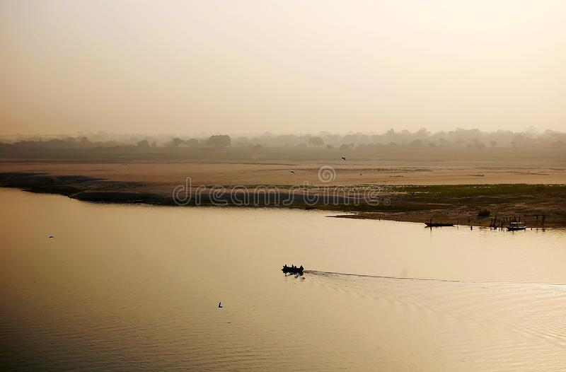 Boot auf dem Fluss der Ganges stockfotos