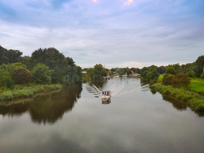 Boot auf dem Fluss Maade in Ruestersiel, Deutschland lizenzfreie stockfotos