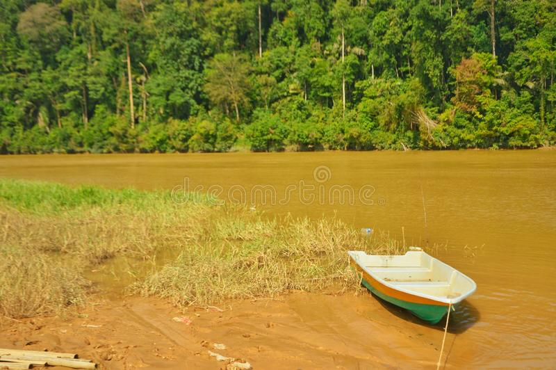 Boot auf dem Fluss nach Flut stockfotos