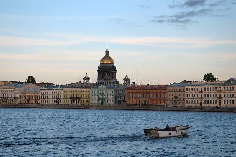 Boot auf dem Fluss Neva, St Petersburg Russland stockfotos
