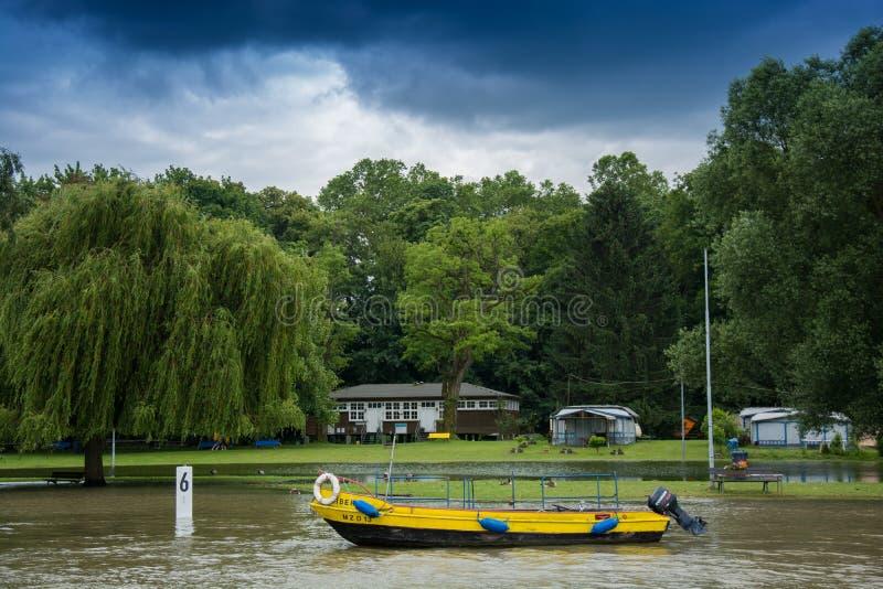 Boot auf dem Fluss Rhein lizenzfreie stockfotos