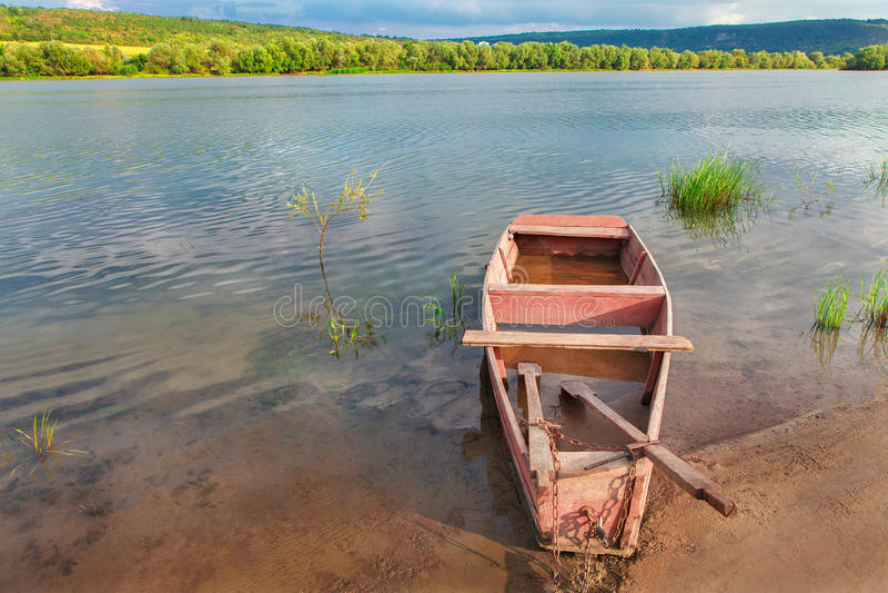 Boot auf dem Flussufer lizenzfreie stockbilder