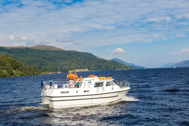Boot auf dem Loch Ness See in Schottland lizenzfreies stockfoto
