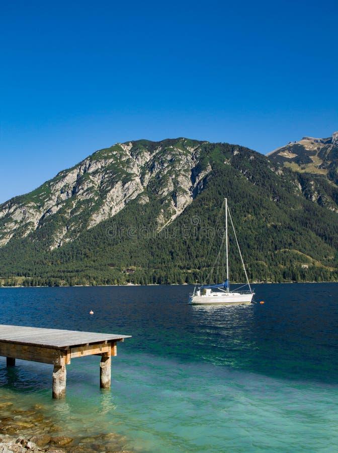 Boot auf dem See lizenzfreies stockbild
