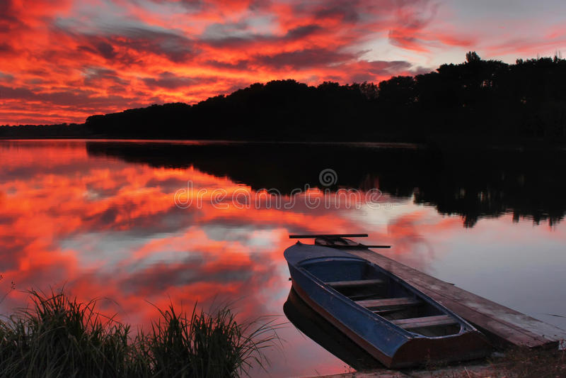 Boot auf dem See auf Sonnenaufgang stockfotografie
