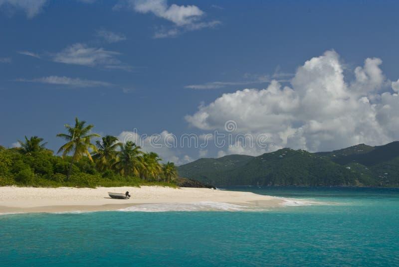 Boot auf dem Strand lizenzfreie stockbilder