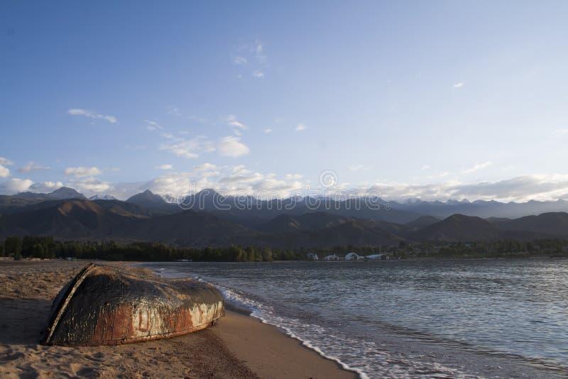 Boot auf dem Strand zur Sonnenaufgangzeit lizenzfreie stockfotografie