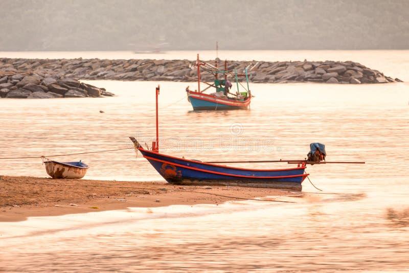 Boot auf dem Strand zur Sonnenaufgangzeit stockfoto