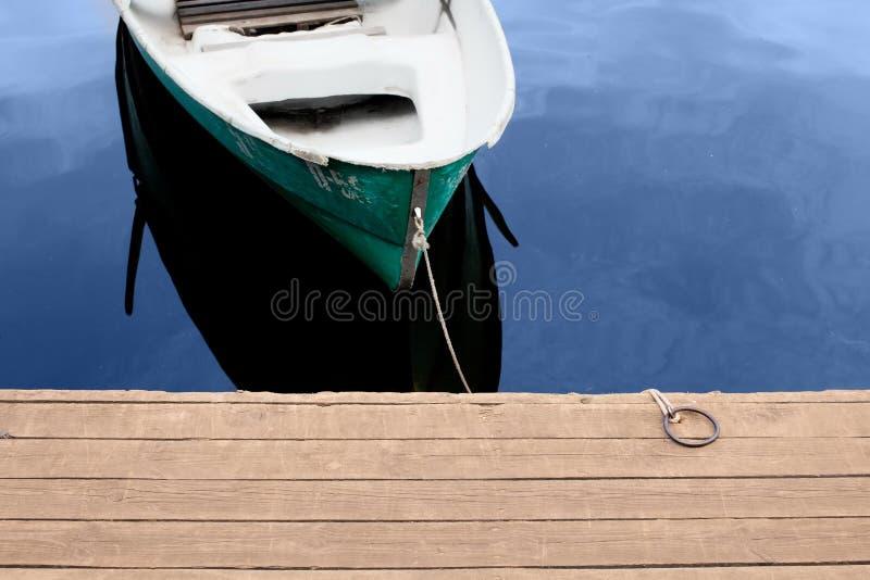 Boot auf dem Wasser nahe dem Pier stockfotos