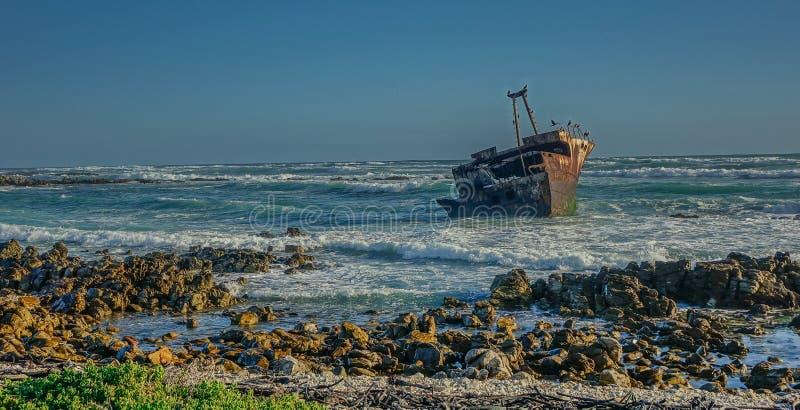 Boot auf den Strand gesetzt auf dem Strand stockbilder