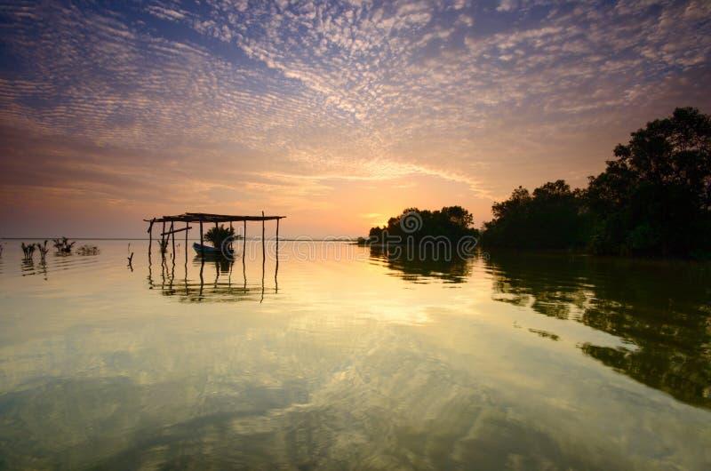 Boot auf der Garage zur schönen Sonnenaufgangzeit Jubakar-Strand Kelantan, Malaysia Weichzeichnung wegen der langen Belichtung lizenzfreie stockbilder
