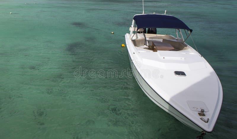 Boot auf der Lagune in Mauritius-Insel lizenzfreie stockfotos