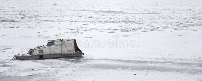 Boot auf einem gefrorenen Fluss lizenzfreie stockbilder