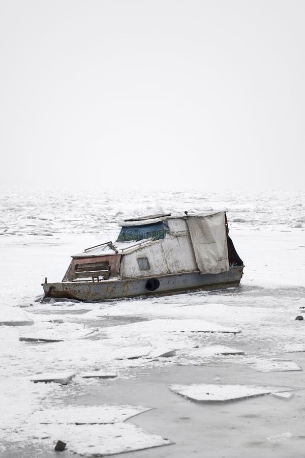 Boot auf einem gefrorenen Fluss stockfotos