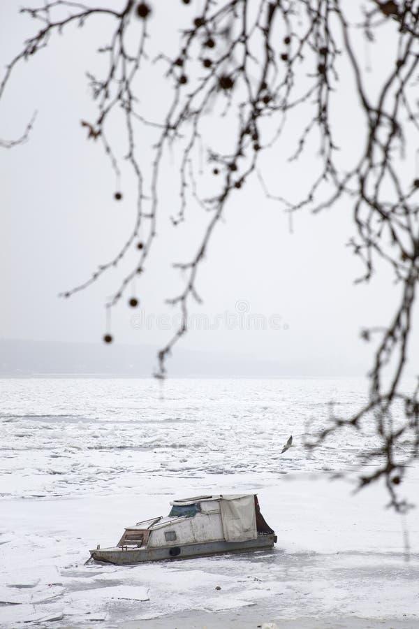 Boot auf einem gefrorenen Fluss stockfoto