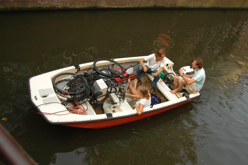 Boot auf einem Kanal in Amsterdam lizenzfreies stockfoto