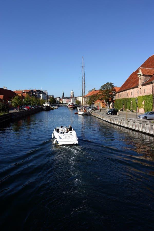 Boot auf einem Kopenhagen-Kanal lizenzfreies stockfoto