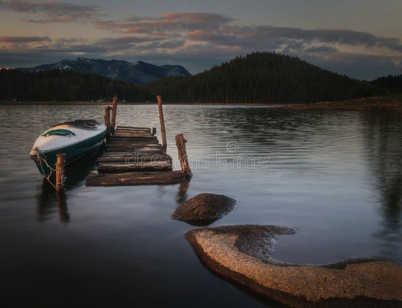 Boot auf hölzernem Hafen stockfoto
