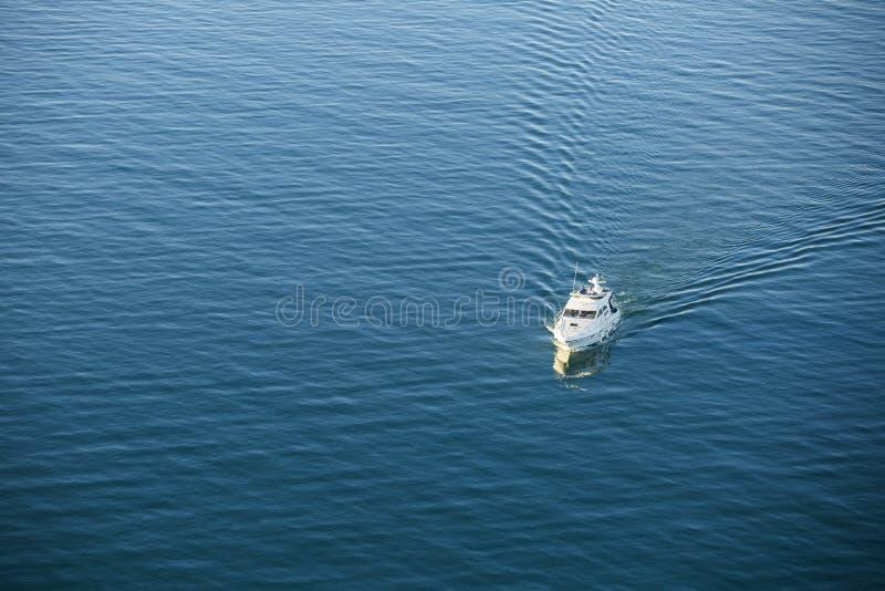 Boot auf Ozeanantenne lizenzfreie stockfotografie