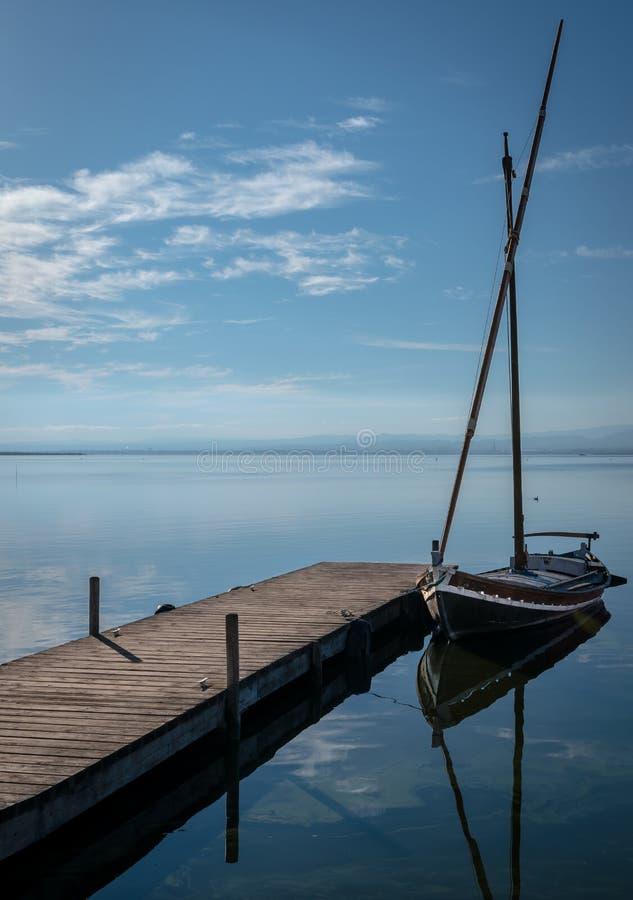 Boot auf Pier stockfoto